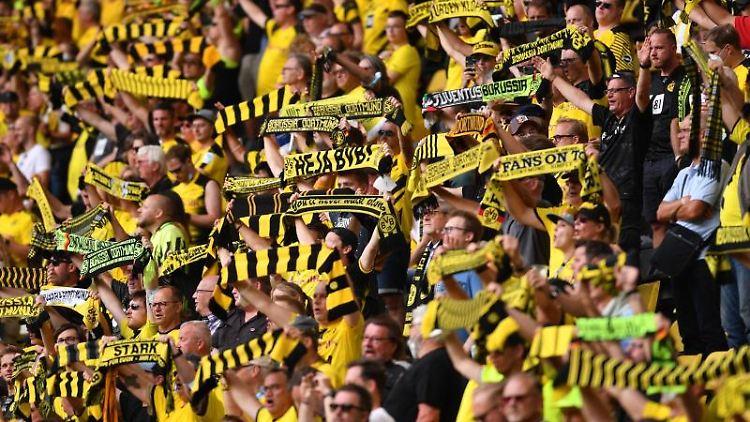 Fans von Borussia Dortmund stehen im Stadion. Foto: Marius Becker/dpa/Archivbild