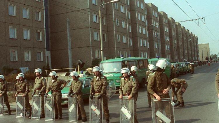 Polizeikräfte blockieren am 23.09.1991 Straßen in Hoyerswerda. Foto: Zentralbild/dpa-Zentralbild/dpa/Archivbild