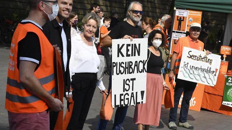 Duisburger Bürger bilden in der Innenstadt eine Menschenkette. Foto: Roberto Pfeil/dpa