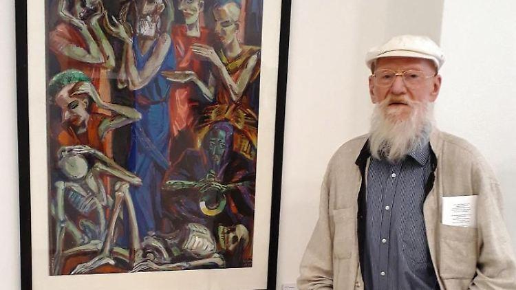 Der Brandenburger Maler Ronald Paris steht vor seinem Bild