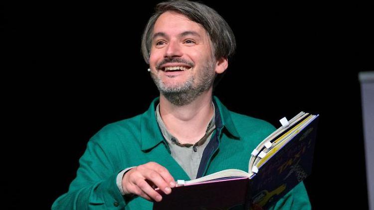 Schriftsteller Saša Stanišić erzählt während der Preisverleihung eine Geschichte aus seinem Kinderbuch. Foto: Jonas Walzberg/dpa