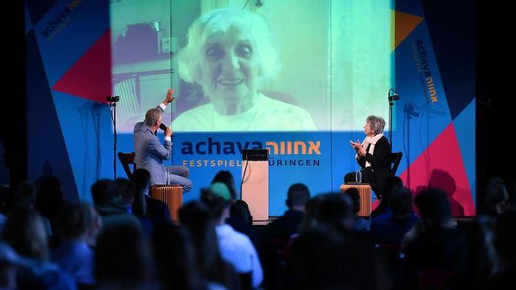 Èva Fahidi-Pusztai, Zeitzeugin und Buchenwald-Überlebende, spricht beim Achava-Schülerforum. Foto: Martin Schutt/dpa-Zentralbild/dpa/Archivbild