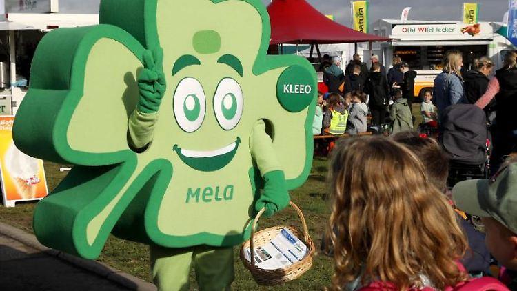 Zur Eröffnung der 30. Agrarmesse MeLa ist das Maskottchen Kleeo auf dem Messegelände unterwegs. Foto: Bernd Wüstneck/dpa-Zentralbild/dpa/ARchivbild