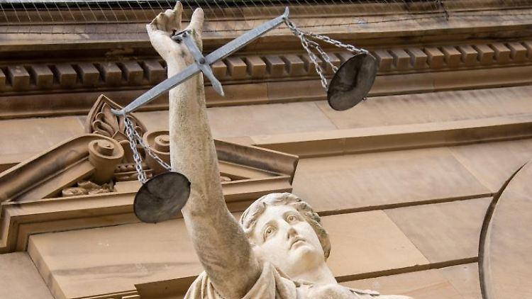 Eine Statue der Justitia hält eine Waagschale in der Hand. Foto: Stefan Puchner/dpa/Symbolbild