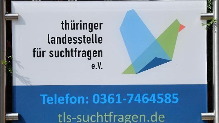 Ein Schild am Zaun vor dem Büro der Thüringer Landesstelle für Suchtfragen e.V. Foto: Martin Schutt/dpa-Zentralbild/dpa