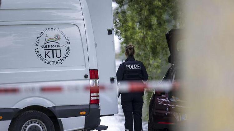 Einsatzkräfte der Mordkommission gehen nach dem Fund einer Frauenleiche den Ermittlungen nach. Foto: Markus Gayk/TNN/dpa