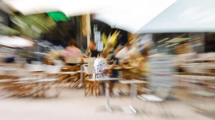 Gäste sitzen auf der Außenterrasse eines Restaurants in der Kieler Innenstadt. Foto: Frank Molter/dpa/Symbolbild