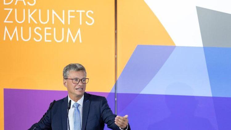 Bernd Sibler (CSU), Bayerischer Staatsminister für Wissenschaft, spricht. Foto: Daniel Karmann/dpa