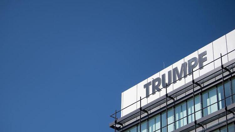 Das Logo des Maschinenbauers Trumpf ist auf einer Fassade zu sehen. Foto: Marijan Murat/dpa/Archivbild