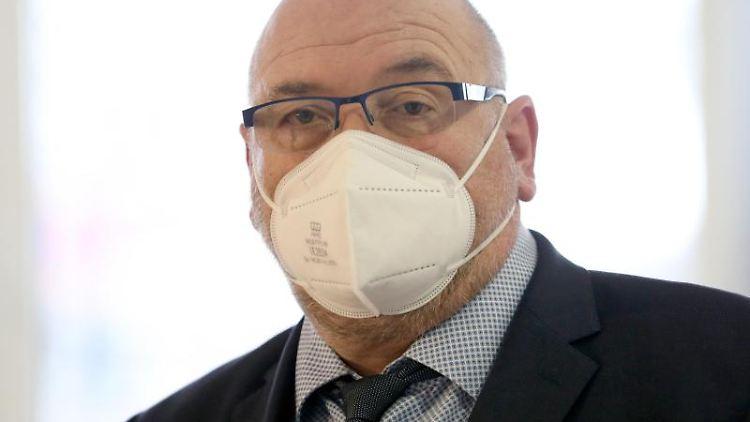 Harry Glawe (CDU) mit Mundschutz. Foto: Bernd Wüstneck/dpa-Zentralbild/dpa/Archivbild