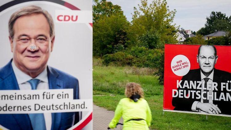 Eine Radfahrerin fährt in Adlershof an den Wahlplakaten vorbei. Foto: Kay Nietfeld/dpa/Archivbild