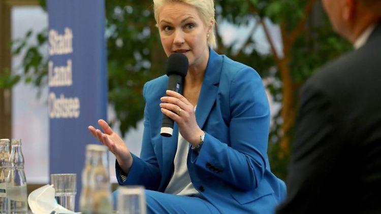 Manuela Schwesig (SPD) stellt sich auf einem Leser-Talk der Ostsee-Zeitung den Fragen der Gäste. Foto: Bernd Wüstneck/dpa-Zentralbild/dpa