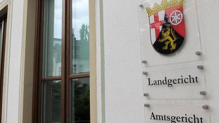 Ein Schild am Landgericht in Trier. Foto: Birgit Reichert/dpa