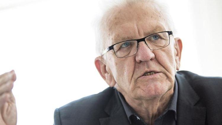Baden-Württembergs Ministerpräsident Winfried Kretschmann (Bündnis 90/Die Grünen) gibt ein Interview. Foto: Tom Weller/dpa