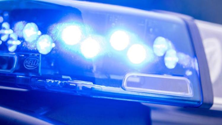 Ein Blaulicht leuchtet auf dem Dach einer Polizeistreife. Foto: Lino Mirgeler/dpa/Symbolbild