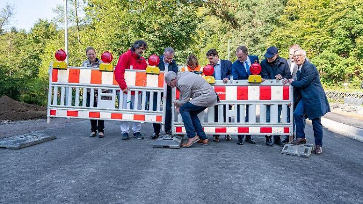 Vertreter aus Politik, dem Landesbetrieb Straßenbau NRW sowie den Bauunternehmen eröffnen die Brücke. Foto: Markus Klümper/dpa
