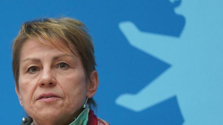 Berlins Sozialsenatorin Elke Breitenbach spricht auf einer Pressekonferenz. Foto: Jörg Carstensen/dpa