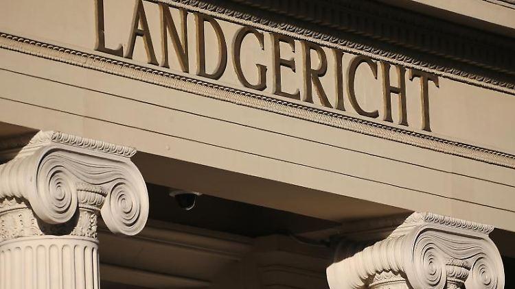 Das Eingangsportal des Landgerichts. Foto: Oliver Berg/dpa