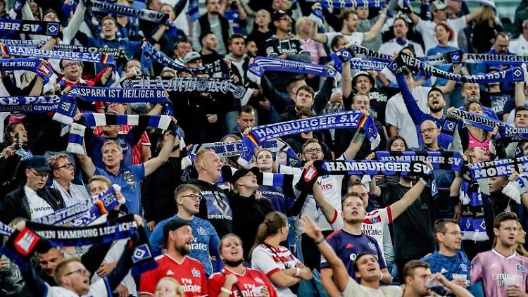 Fans des Hambuger SV feiern vor Anpfiff des Spiels. Foto: Axel Heimken/dpa