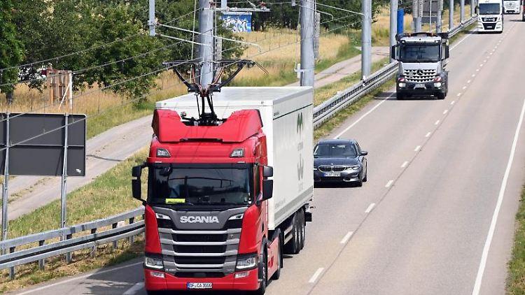 """Auf der """"eWayBW"""" Pilotstrecke fährt ein elektrisch betriebener Oberleitungs-Lastwagen. Foto: Uli Deck/dpa/archivbild"""