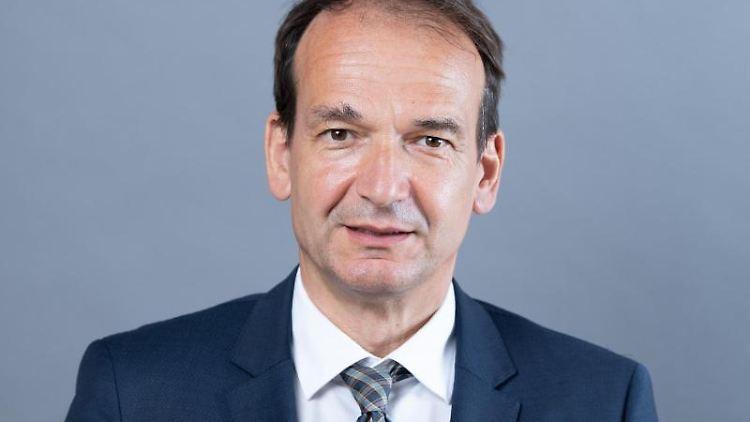 Andreas Silbersack (FDP) schaut in die Kamera. Foto: Sebastian Kahnert/dpa-Zentralbild/ZB