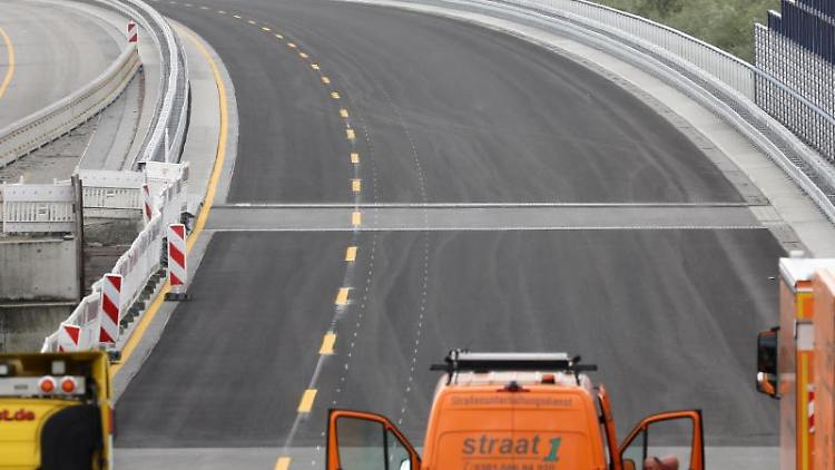 Die Trasse neugebauten Ostseeautobahn bei Tribsees (r) wird auf die Verkehrsfreigabe vorbereitet. Foto: Bernd Wüstneck/dpa-Zentralbild/dpa