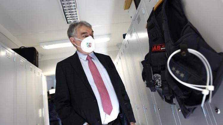 NRW-Innenminister Herbert Reul (CDU) besucht eine temporäre Container-Wache der Polizei. Foto: Thomas Banneyer/dpa