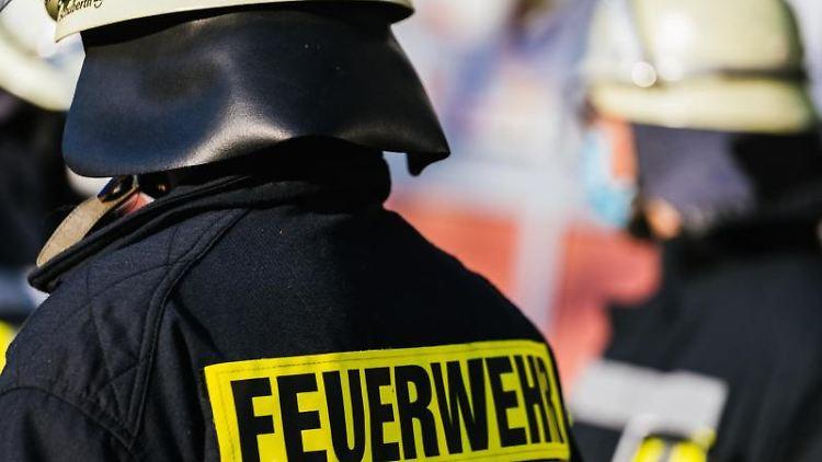 Einsatzkräfte der Feuerwehr. Foto: Philipp von Ditfurth/dpa/Symbolbild