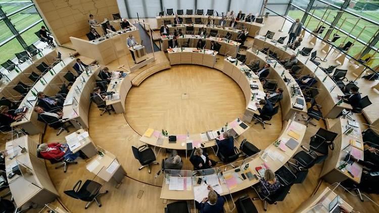 Landtagsabgeordnete tagen im Plenarsaal. Foto: Axel Heimken/dpa/Archivbild