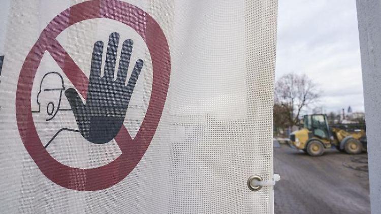 Ein Schild warnt vor dem Betreten eines Geländes. Foto: Frank Rumpenhorst/dpa/Symbolbild