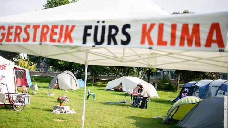 Ein Camp von Hungerstreikenden ist im Regierungsviertel aufgebaut. Foto: Kay Nietfeld/dpa/Archivbild