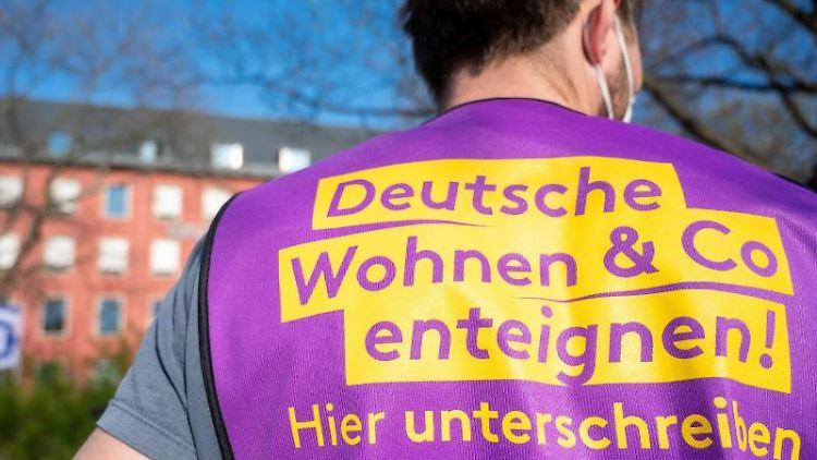 Bei einer Demonstration trägt ein Teilnehmer ein Leibchen mit der Aufschrift