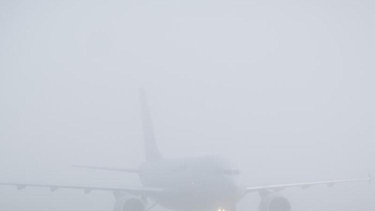 Ein Airbus A310 10+23 rollt durch dichten Nebel. Foto: Ole Spata/dpa/Archivbild
