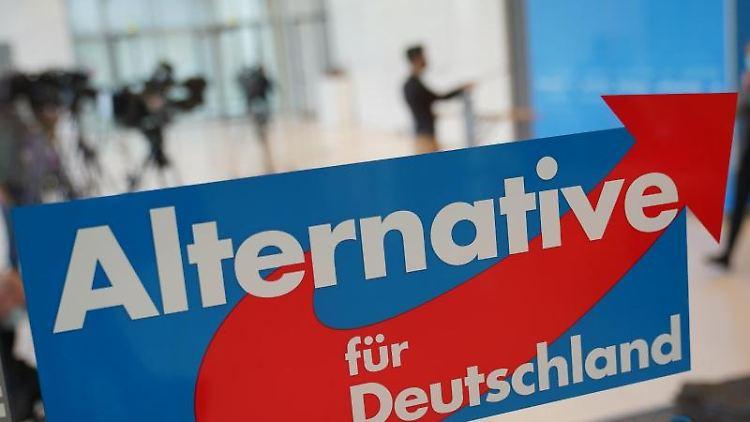 Das AfD Logo am Eingang zum Fraktionssaal der AfD im Deutschen Bundestag. Foto: Michael Kappeler/dpa/Archivbild