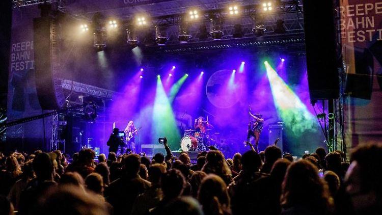Besucher verfolgen ein Konzert beim Reeperbahn-Festival. Foto: Axel Heimken/dpa/Archivbild