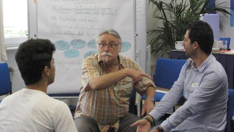Hans Jürgen Ladinek (M) spricht bei einem Projekt, das helfen soll, richtig auf Vorurteile zu reagieren, zu Geflüchteten. Foto: Ines Klose/dpa/Archivbild