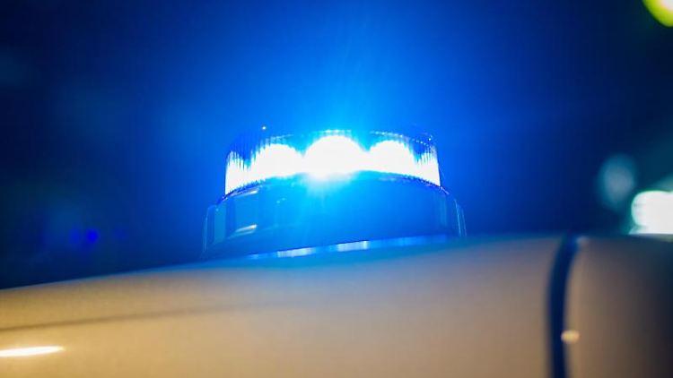 Ein Blaulicht leuchtet auf dem Dach eines Einsatzwagens der Polizei. Foto: Fernando Gutierrez-Juarez/dpa-Zentralbild/dpa/Symbolbild