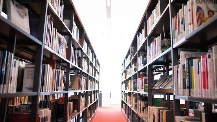 Bücherregale stehen in der Zentralbibliothek im Kulturpalast Dresden. Foto: Sebastian Kahnert/dpa-Zentralbild/dpa/Archivbild
