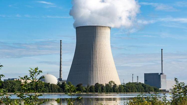 Die Atomkraftwerke Isar 1 (r) und Isar 2 mit dem Kühlturm in der Mitte. Foto: Armin Weigel/dpa/Archivbild