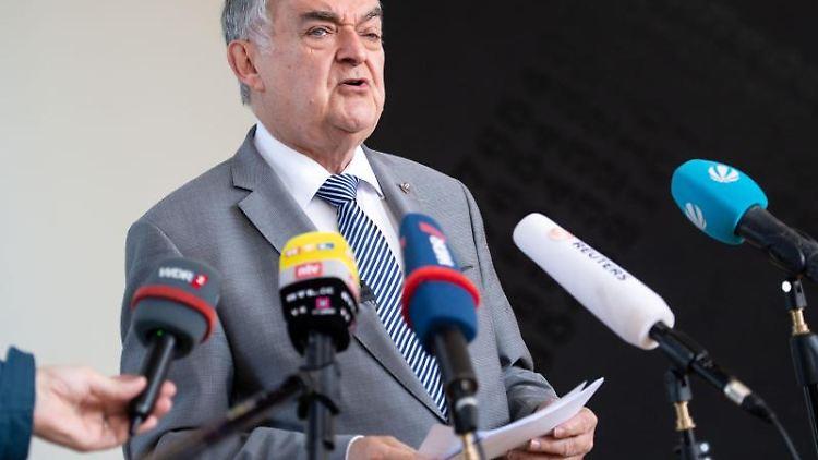 Herbert Reul (CDU), Innenminister von Nordrhein-Westfalen, gibt im Landtag ein Pressestatement. Foto: Marius Becker/dpa