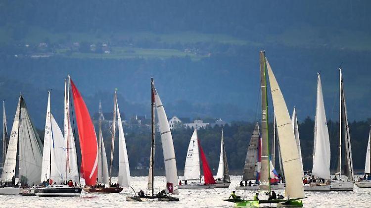 Segelboote gehen bei der größten Regatta am Bodensee, der