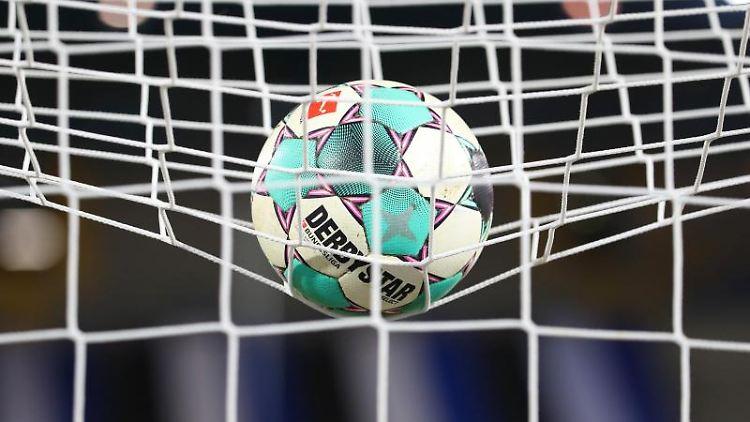 Ein Fußball liegt im Netz. Foto: Friso Gentsch/dpa/Symbolbild