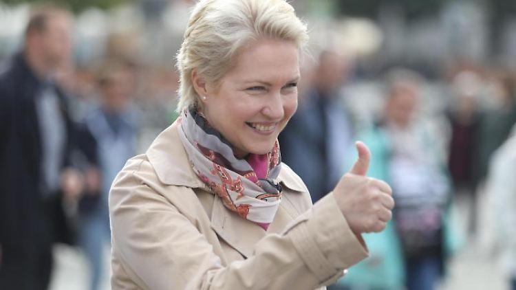 Mecklenburg-Vorpommerns Ministerpräsidentin Manuela Schwesig (SPD) hebt beim Wahlkampfabschluss den Daumen. Foto: Danny Gohlke/dpa