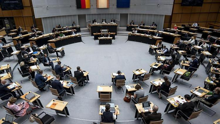 Die Abgeordneten sitzen in der Plenarsitzung des Berliner Abgeordnetenhaus. Foto: Fabian Sommer/dpa
