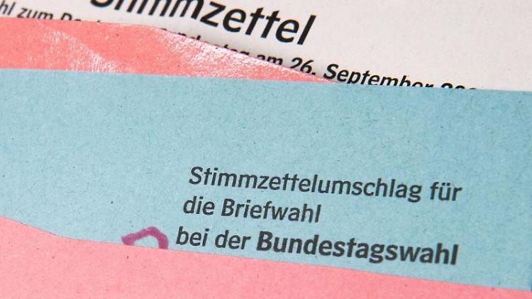 Ein Muster von einem Stimmzettelumschlag für die Briefwahl bei der Bundestagswahl 2021 liegt auf einem Tisch. Foto: Julian Stratenschulte/dpa
