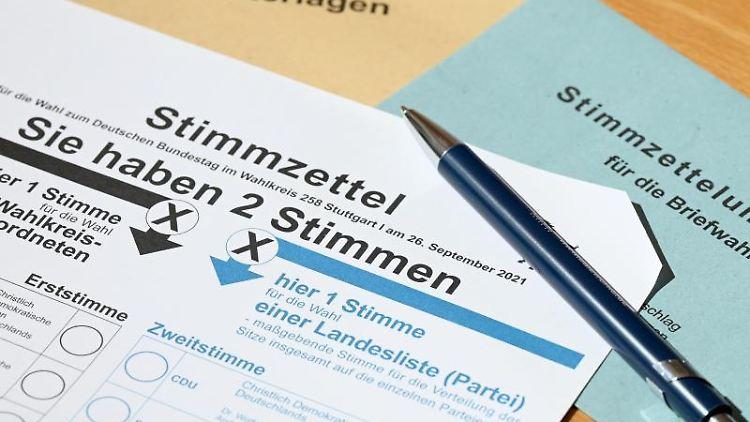 Ein Stimmzettel mit einer abgeschnittenen Ecke für die Briefwahl zur Bundestagswahl liegt auf einem Tisch. Foto: Bernd Weißbrod/dpa