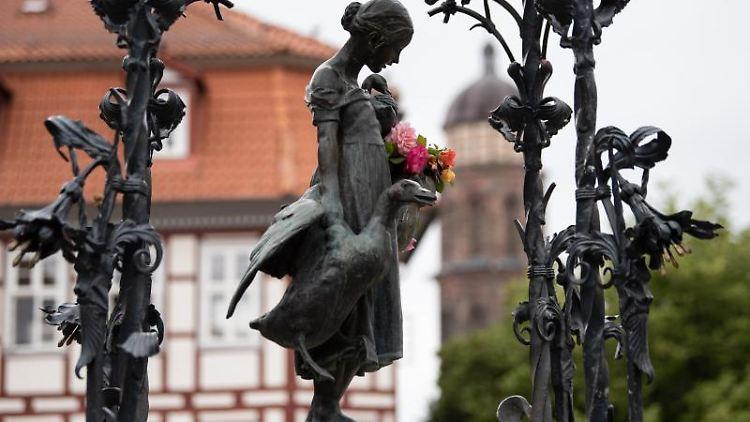 Das Wahrzeichen der Stadt Göttingen, das Gänseliesel am Gänseliesel-Brunnen auf dem Marktplatz. Foto: Swen Pförtner/dpa/Archivbild