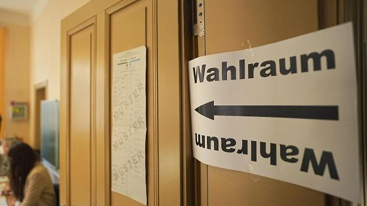Ein Zettel an der Tür weist auf einen Wahlraum zur Bundestagswahl 2021 hin. Foto: Michael Kappeler/dpa Pool/dpa