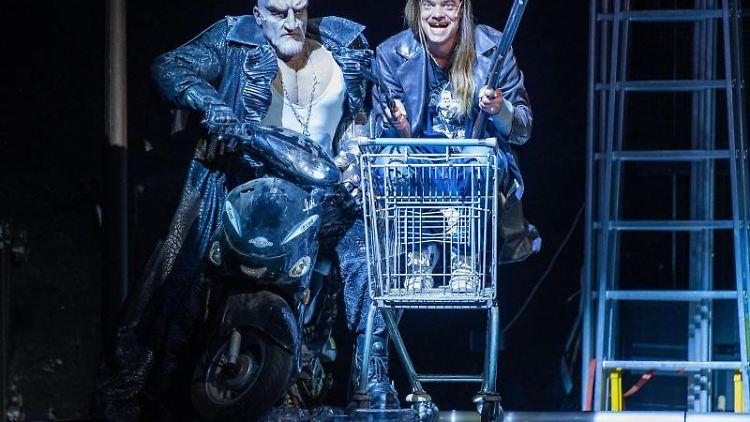 Brian Davis (l) und Martin Gerke (r) spielen in der Oper
