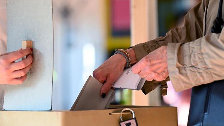 Eine Frau gibt in einem Wahllokal ihren Stimmzettel für die Bundestagswahl ab. Foto: Federico Gambarini/dpa/Symbolbild